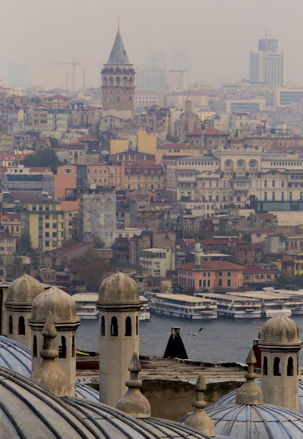Weergeven van Galata van Suleymaniye-Moskee met Gouden Hoorn tussen in laag contrast omringend licht royalty-vrije stock fotografie