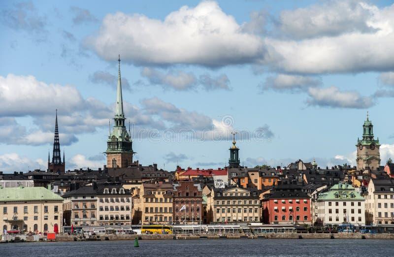 Weergeven van Gamla Stan van de overzeese kant in zonnig weer Stockholm, stock foto