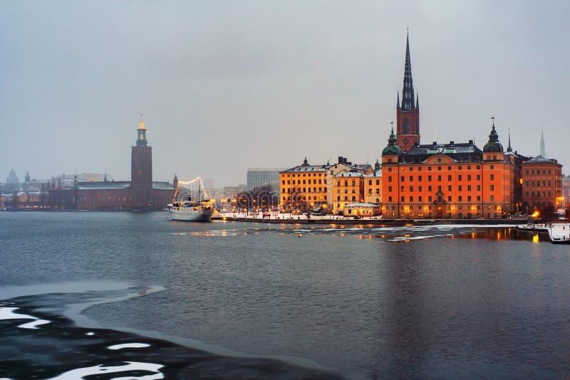 Weergeven van Gamla Stan in Stockholm, Zweden met oriëntatiepunten zoals Riddarholm-Kerk tijdens de ochtend royalty-vrije stock foto