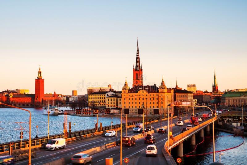 Weergeven van Gamla Stan in Stockholm, Zweden met oriëntatiepunten zoals Riddarholm-Kerk tijdens de ochtend stock foto's