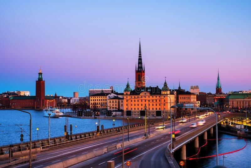 Weergeven van Gamla Stan in Stockholm, Zweden met oriëntatiepunten zoals Riddarholm-Kerk tijdens de ochtend royalty-vrije stock afbeelding