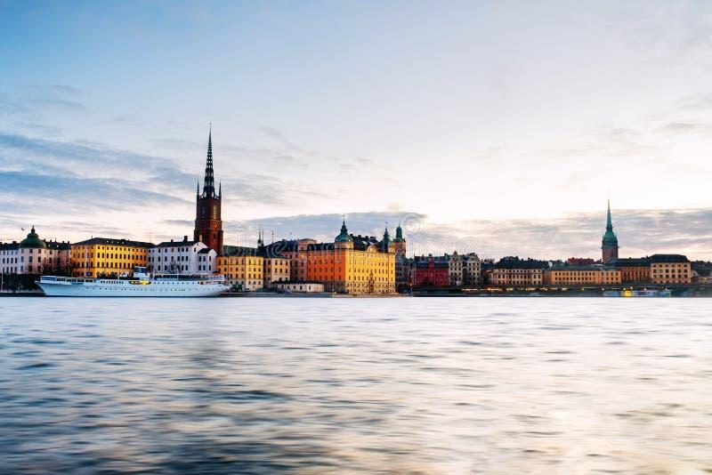 Weergeven van Gamla Stan in Stockholm, Zweden met oriëntatiepunten zoals Riddarholm-Kerk tijdens de zonsopgang stock afbeelding