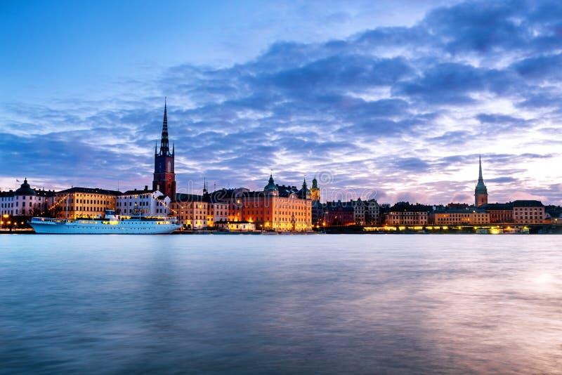 Weergeven van Gamla Stan in Stockholm, Zweden met oriëntatiepunten zoals Riddarholm-Kerk tijdens de zonsopgang royalty-vrije stock fotografie