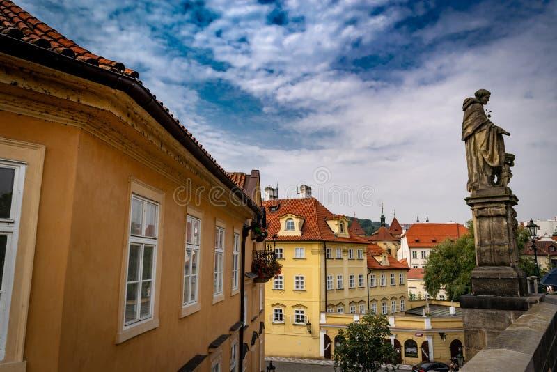 Weergeven van gebouwen en standbeelden in Praag stock afbeelding