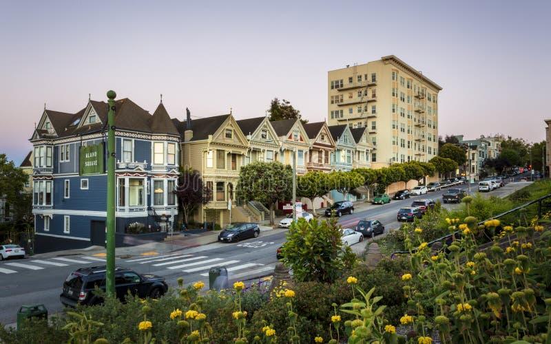 Weergeven van Geschilderde Dames bij schemer, Victoriaanse blokhuizen, Alamo Vierkant, San Francisco, Californië, Verenigde State stock foto's