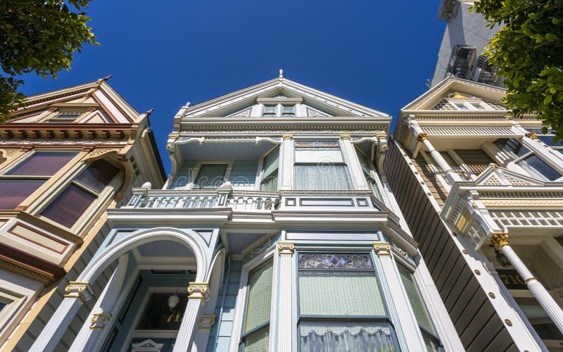 Weergeven van Geschilderde Dames, Victoriaanse blokhuizen, Alamo Vierkant, San Francisco, Californië, de Verenigde Staten van Ame stock afbeeldingen
