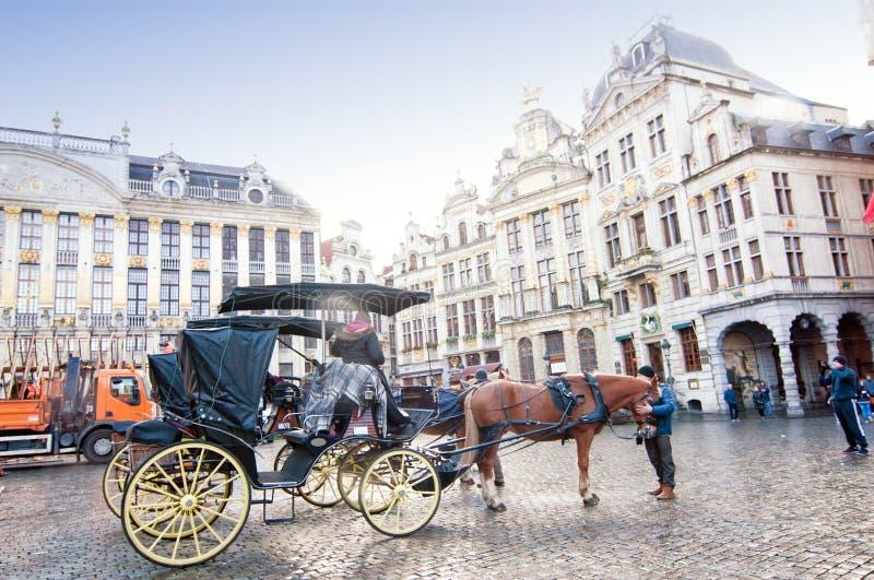 Weergeven van Grand Place of Grote Markt in Brussel, België met toerismevervoer royalty-vrije stock afbeeldingen