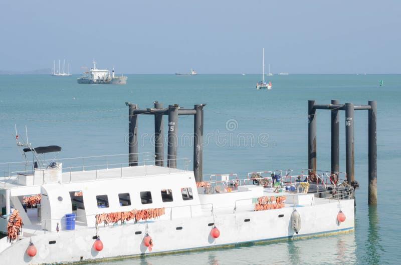 Weergeven van haven einddok en toerist ferrie bij de haven stock afbeelding