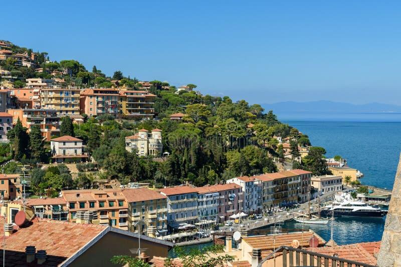 Weergeven van havenstrandboulevard in zeehavenstad Porto Santo Stefano in Monte Argentario Italië royalty-vrije stock fotografie