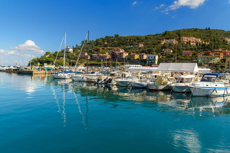 Weergeven van havenstrandboulevard in zeehavenstad Porto Santo Stefano in Monte Argentario Italië royalty-vrije stock foto