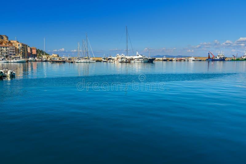 Weergeven van havenstrandboulevard in zeehavenstad Porto Santo Stefano in Monte Argentario Italië royalty-vrije stock afbeeldingen