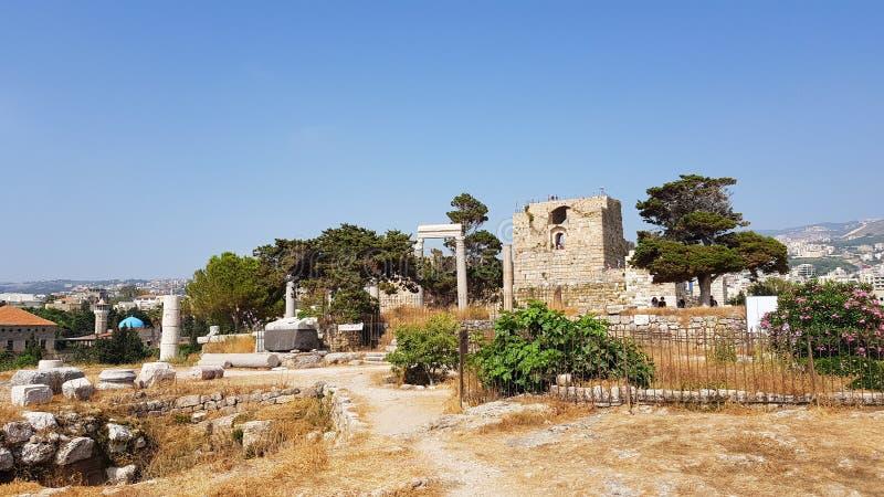 Weergeven van het archeologische gebied van Byblos met het Kruisvaarderkasteel Byblos, Libanon stock afbeeldingen