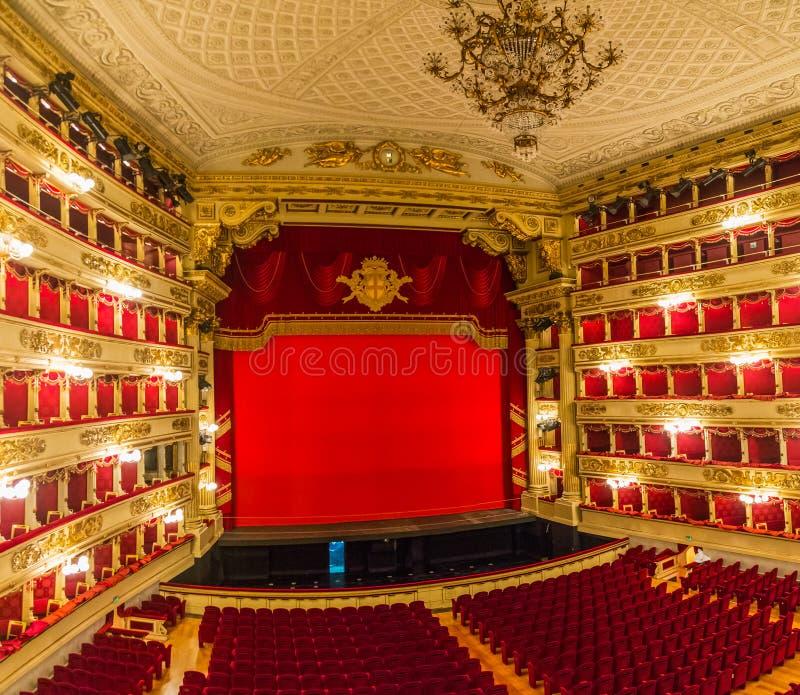 Weergeven van het auditorium en het stadium van het theaterla scala in Milaan, Italië stock fotografie