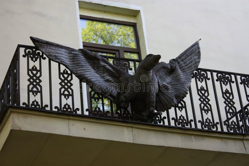 Weergeven van het balkon met een adelaar stock fotografie