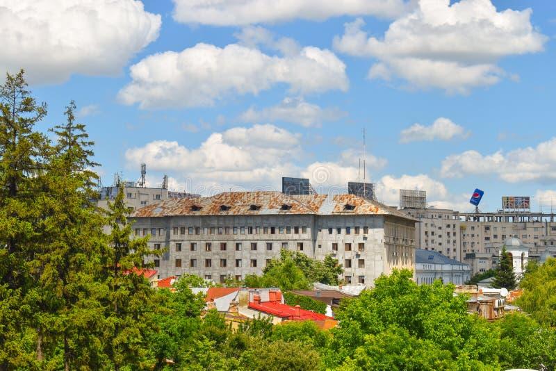Weergeven van het balkon over het stadspark en communistische gebouwen in Boekarest, Roemenië - 20 05 2019 royalty-vrije stock foto's