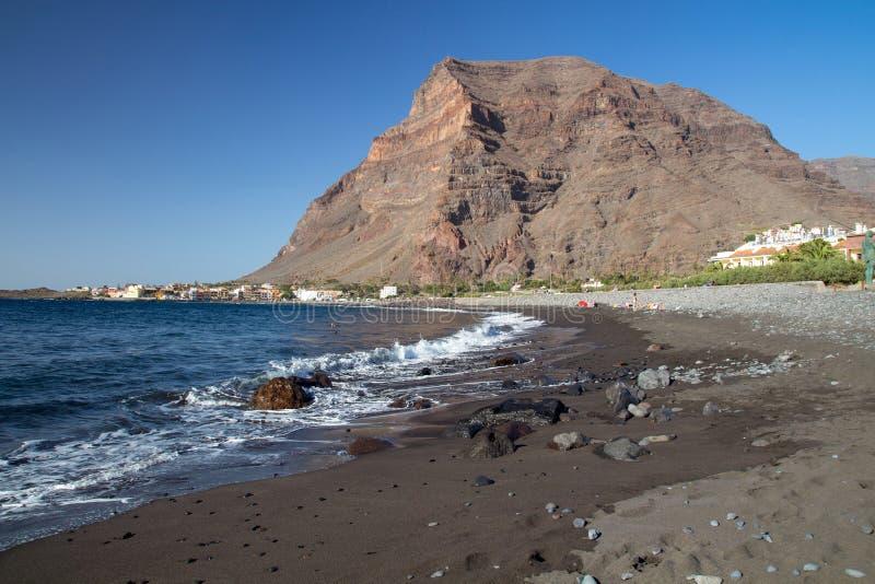 Weergeven van het belangrijkste zwarte lavastrand in Valle Gran Rey stock afbeelding