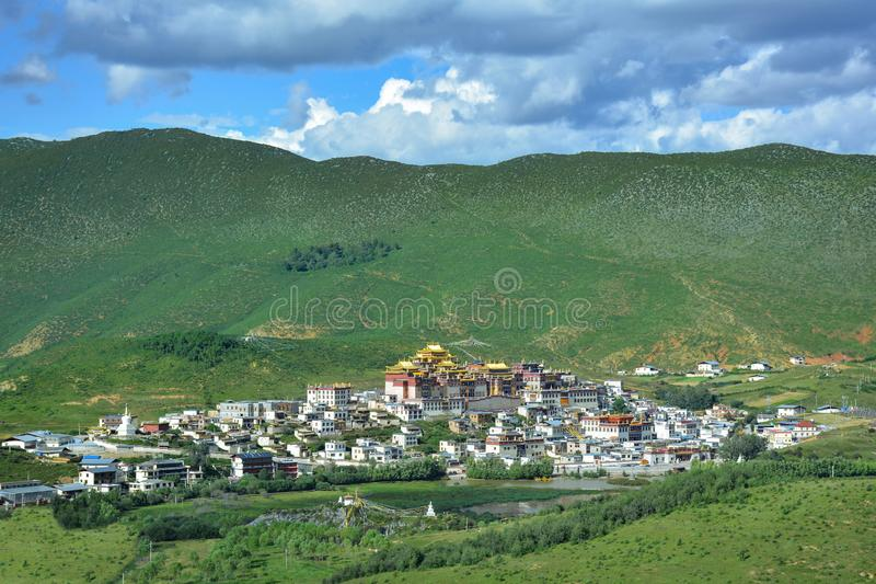 Weergeven van het Boeddhistische Klooster van Ganden Songzanlin vanaf de bovenkant van de heuvel, Shangri-La, royalty-vrije stock afbeelding