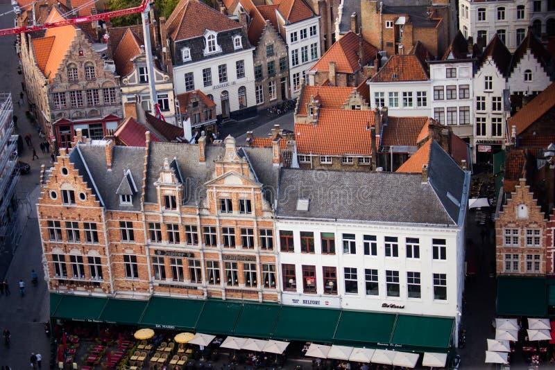 Weergeven van het centrale vierkant van Brugge - dichtere mening van hierboven stock fotografie