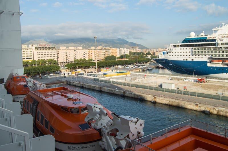 Weergeven van het cruiseschip aan de waterkant, de haven en de pijler in het toeristencentrum van Palermo, Sicilië, Italië, 8 Okt stock afbeelding