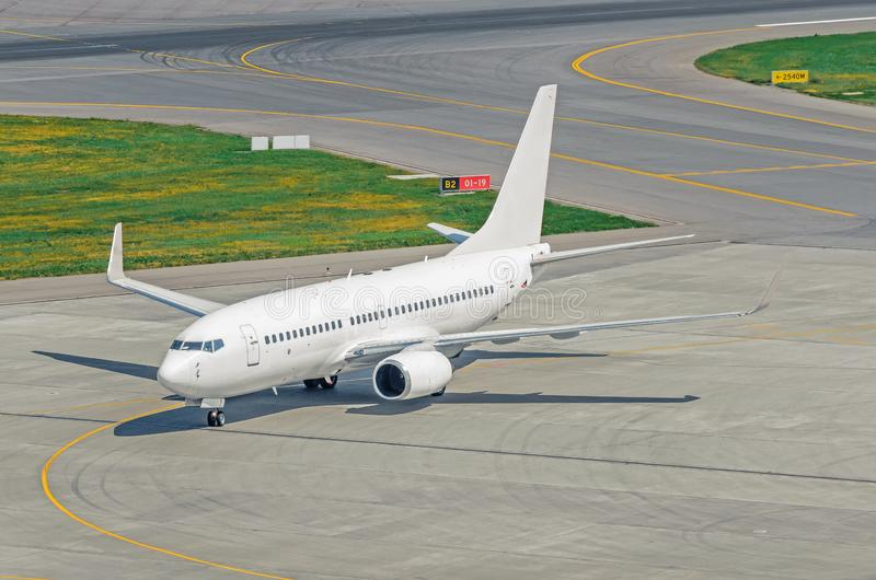Weergeven van het de leidingsspoor en baan met een wit passagiersvliegtuig op de luchthavenschort royalty-vrije stock foto's