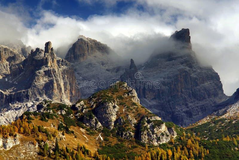 Weergeven van het Dolomiet van Brenta van bergpieken in een mistige de herfstdag royalty-vrije stock fotografie