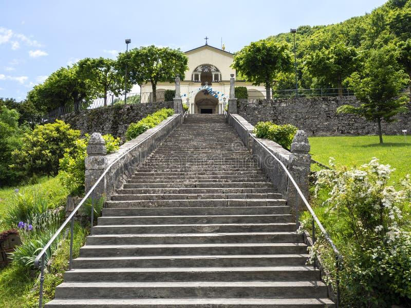 Weergeven van het Heiligdom van Altino en zijn trap Stad van Albino, Bergamo, Itali? stock foto