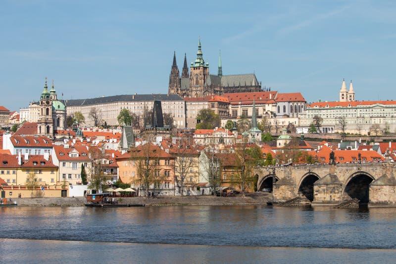 Weergeven van het Kasteel van Praag, Charles-brug en Vltava-rivier stock foto
