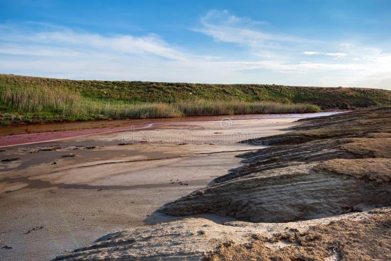Weergeven van het kleine rode hoogtepunt van de waterrivier van ijzer in mooie steppe royalty-vrije stock afbeelding