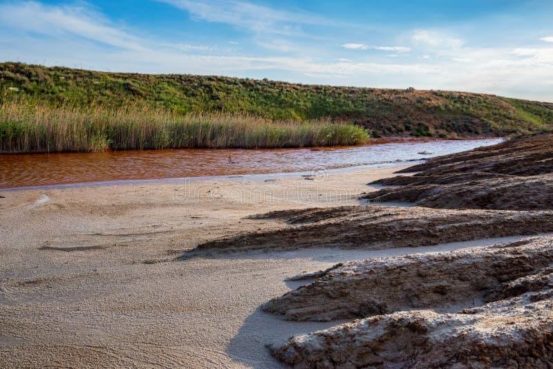 Weergeven van het kleine rode hoogtepunt van de waterrivier van ijzer in mooie steppe stock afbeeldingen