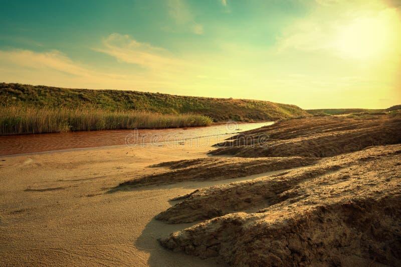 Weergeven van het kleine rode hoogtepunt van de waterrivier van ijzer in mooie steppe royalty-vrije stock foto