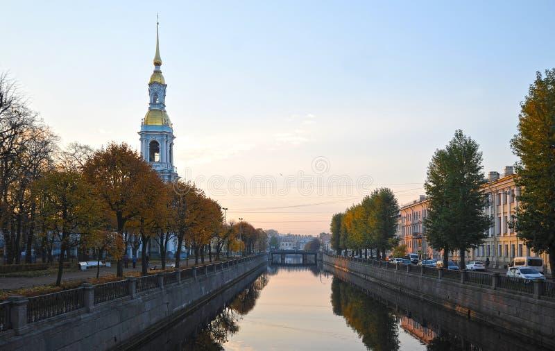 Weergeven van het Kryukov-kanaal in de ochtend in St. Petersburg royalty-vrije stock foto