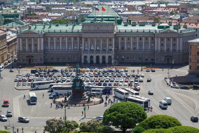 Weergeven van het Mariinsky-Paleis en St Isaac Vierkant op een warme zonnige de lentedag stock fotografie