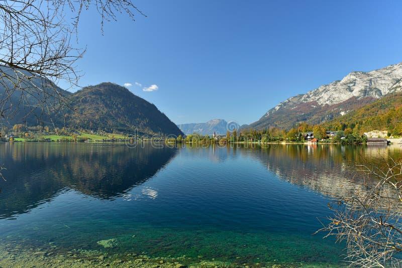 Weergeven van het meer Grundlsee in de vroege die de herfstochtend, door de bergketentotalisators Gebirge wordt ontworpen Stierma royalty-vrije stock afbeeldingen