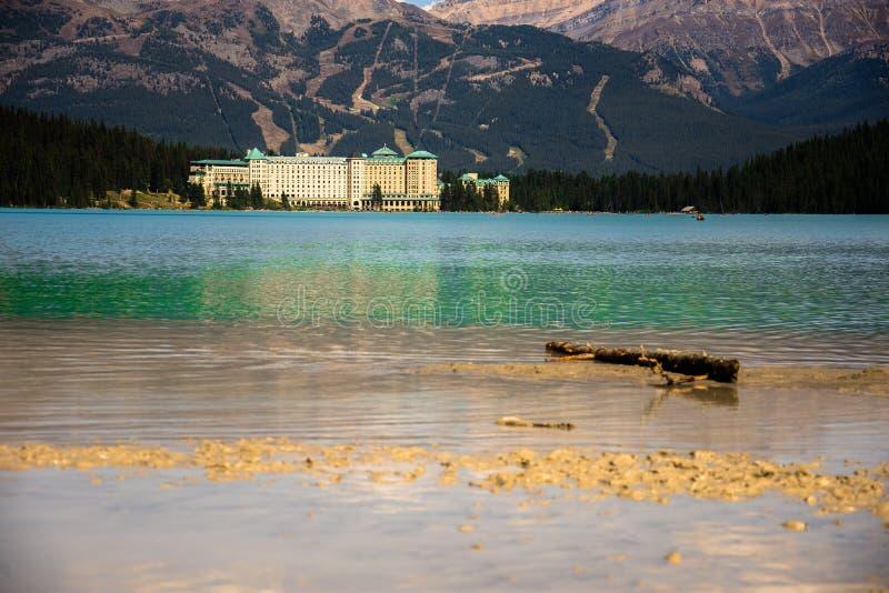 Weergeven van het Meer Louise en het Hotel van Fairmont Chateau in Rocky Mountains stock afbeelding