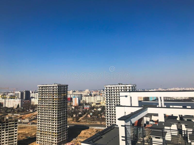 Weergeven van het mooie panorama van de stad met de daken van grote lange gebouwen van gebouwen van wolkenkrabbers van nieuwe geb royalty-vrije stock foto