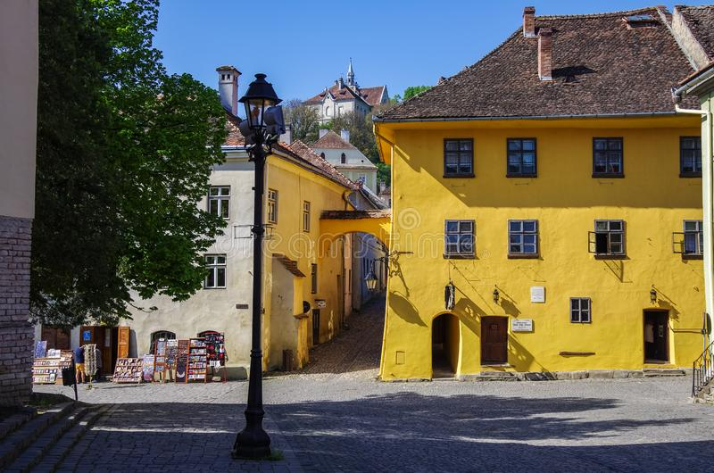 Weergeven van het oker-gekleurde huis - de geboorteplaats van Vlad Dracula Het was hij die Bram Stoker aan de fictieve verwezenli royalty-vrije stock foto