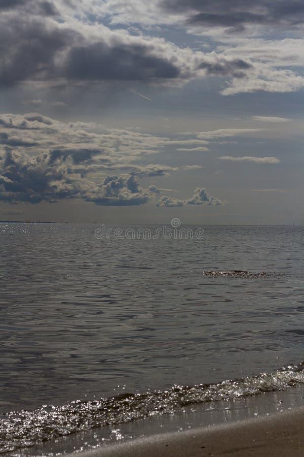 Weergeven van het overzees en de hemel met wolken stock afbeeldingen
