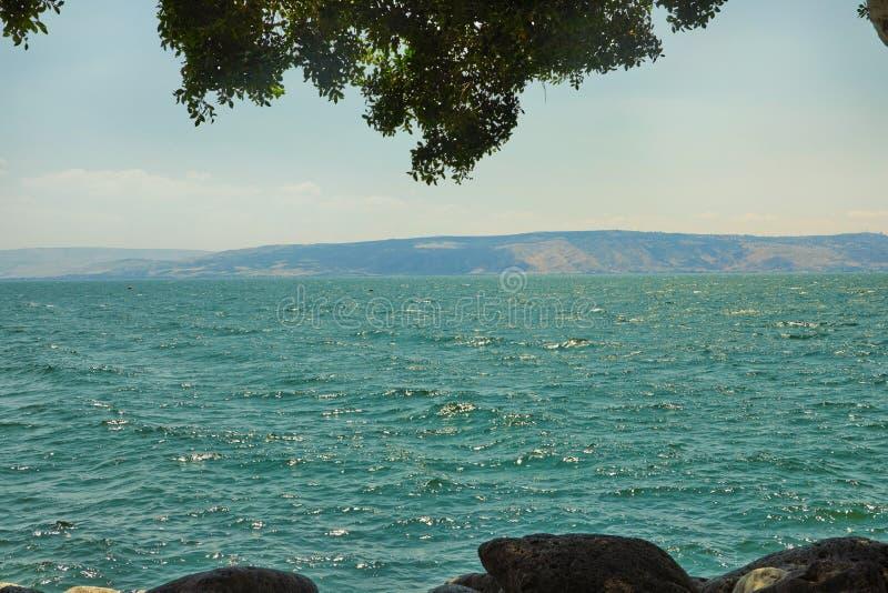 Weergeven van het Overzees van Galilee van de kant van het oosten op een de zomer zonnige dag, Juli royalty-vrije stock foto