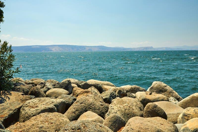 Weergeven van het Overzees van Galilee van de kant van het oosten op een de zomer zonnige dag, Juli stock foto