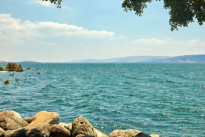 Weergeven van het Overzees van Galilee met een plezierboot van de kant van het oosten op een de zomer zonnige dag, Juli royalty-vrije stock foto's