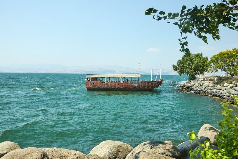 Weergeven van het Overzees van Galilee met een plezierboot van de kant van het oosten op een de zomer zonnige dag, Juli royalty-vrije stock fotografie