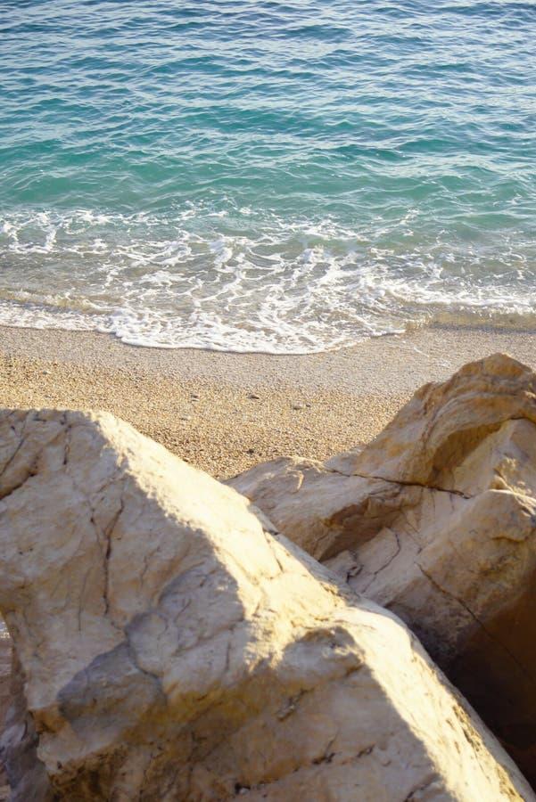 Weergeven van het overzeese strand van de rotsen stock foto's