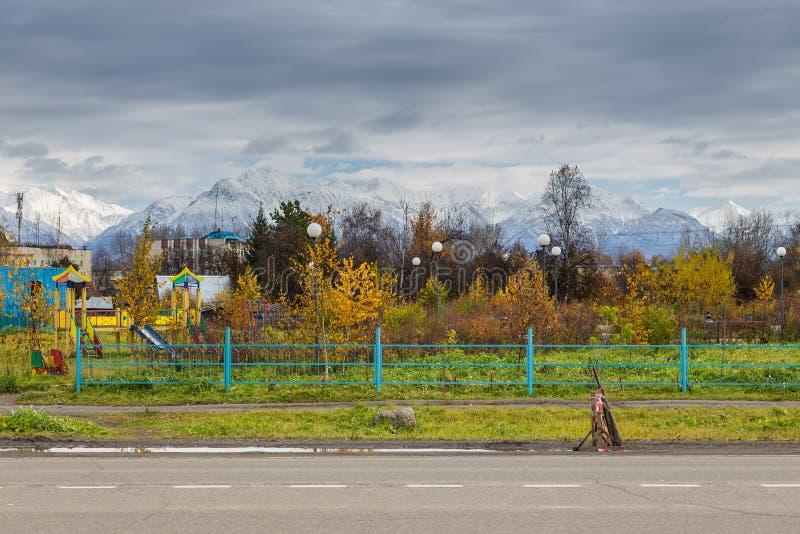 Weergeven van het park met een speelplaats voor kinderen, Milkovo, Rusland stock fotografie