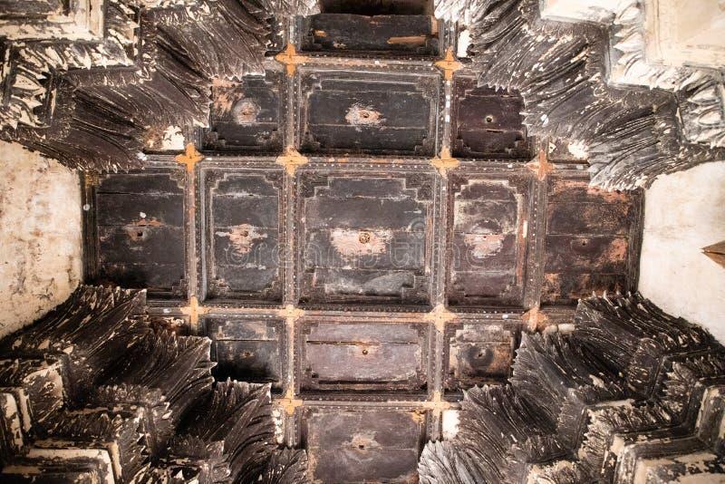 Weergeven van het plafond binnen een pagode van de geruïneerde tempel van Ayutthaya stock afbeeldingen