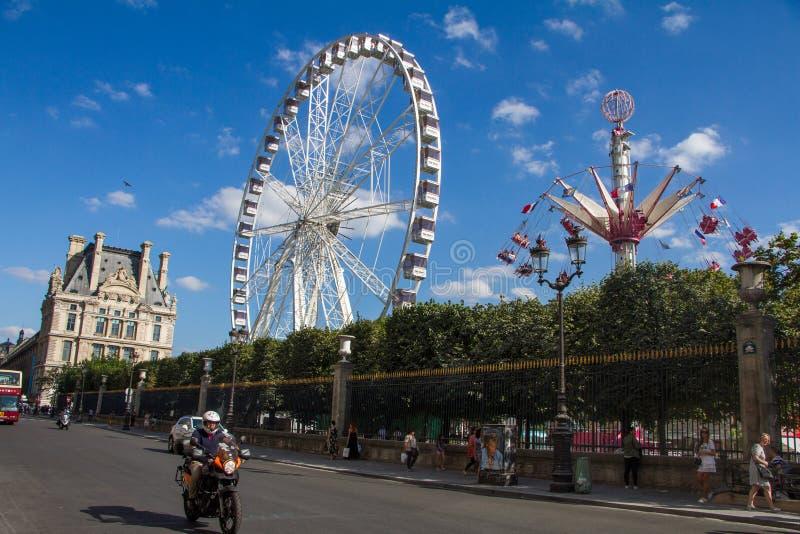 Weergeven van het Reuzenrad in de Tuileries-tuin van Rivoli-straat in Parijs stock fotografie