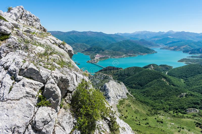 Weergeven van het Riaño reservoir in Spanje royalty-vrije stock foto's