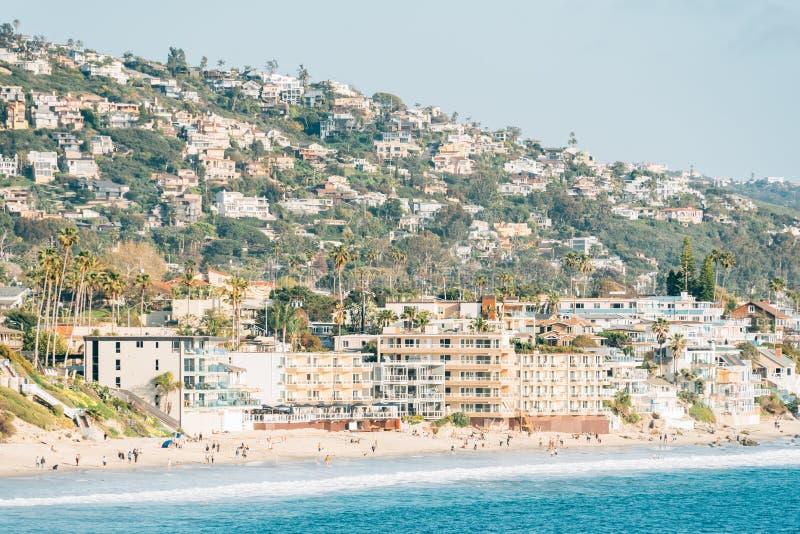 Weergeven van het strand en de heuvels van Heisler-Park, in Laguna Beach, Oranje Provincie, Californi? royalty-vrije stock afbeelding