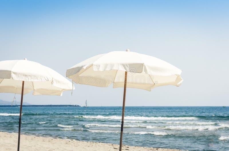 Weergeven van het strand van Ionische overzees dichtbij Catanië, Sicilië, Italië, Lido Cled met witte paraplu's royalty-vrije stock afbeelding