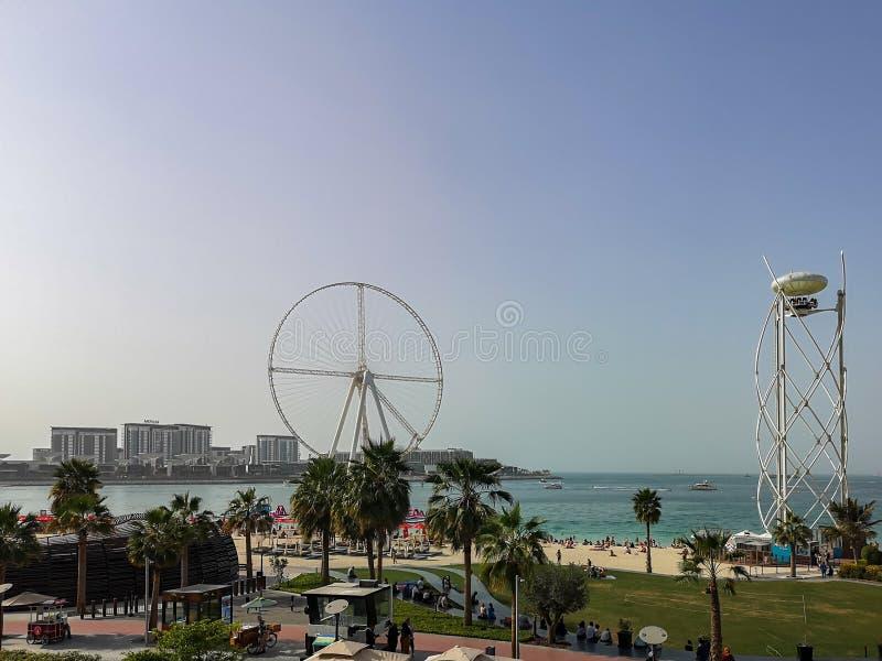 Weergeven van het strand van JBR Jumeirah Beach Residence en Bluewaters-eiland, nieuwe toeristische attractieoriëntatiepunten in  stock foto's