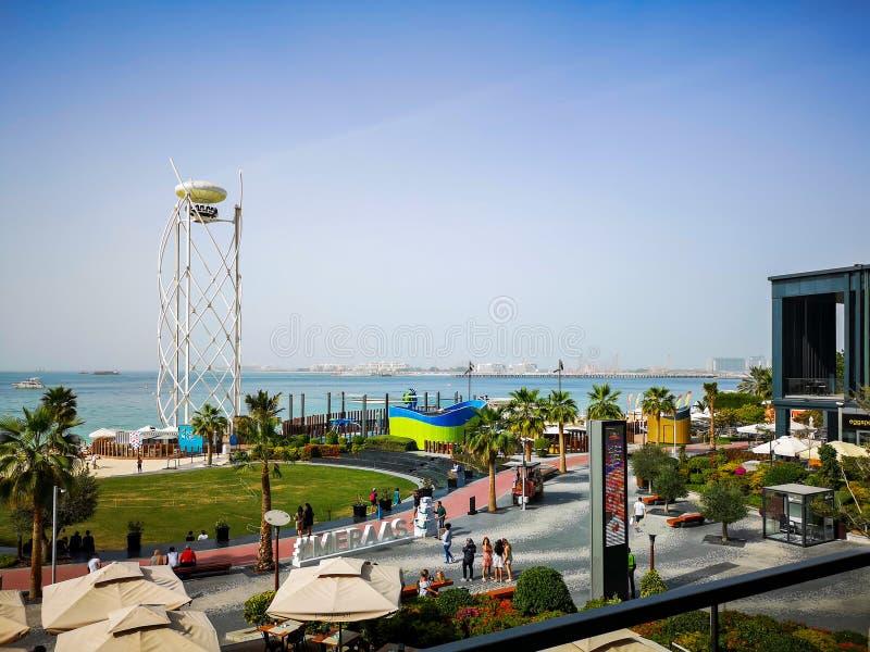 Weergeven van het strand van JBR Jumeirah Beach Residence en Bluewaters-eiland, nieuwe toeristische attractieoriëntatiepunten in  stock foto